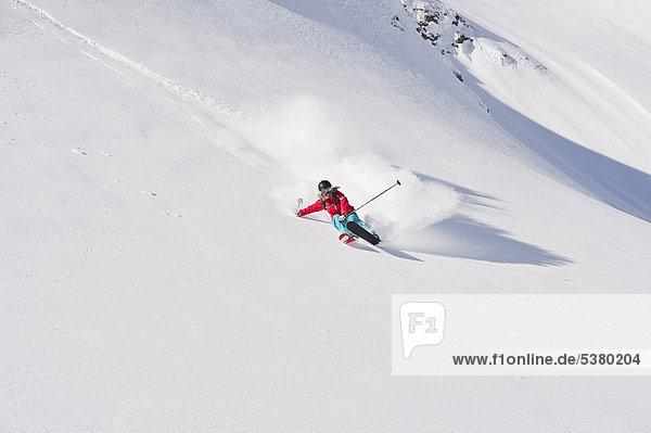 Österreich  Zurs  Lech  Junge Frau beim Alpinskifahren am Arlberg