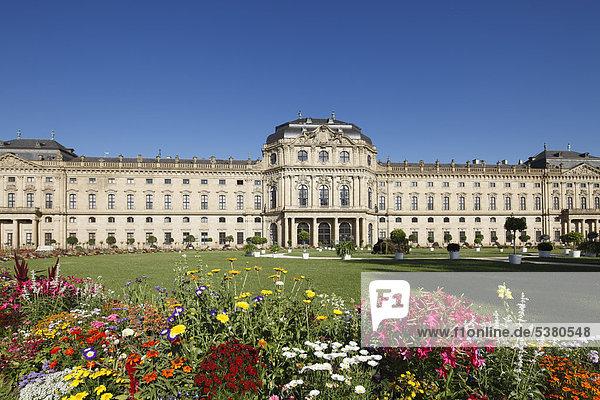 Deutschland  Bayern  Würzburg  Gartenansicht mit Würzburger Residenz im Hintergrund
