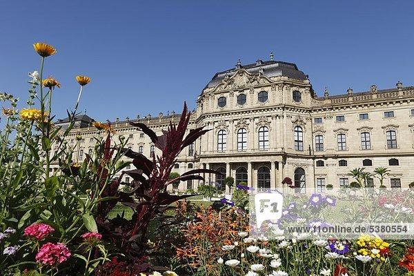 Deutschland  Bayern  Würzburg  Gartenansicht mit Schloss im Hintergrund