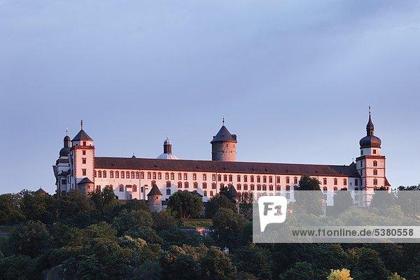 Deutschland  Bayern  Würzburg  Blick auf die Festung Marienberg in der Abenddämmerung