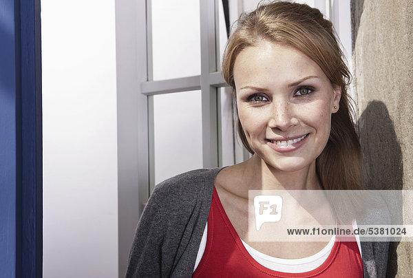 Italien  Toskana  Magliano  Nahaufnahme einer jungen Frau  lächelnd  Portrait