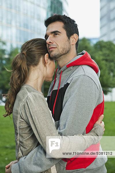 Deutschland  Berlin  Paar umarmt im Park