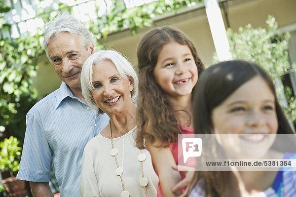 Deutschland  Bayern  Großeltern mit lächelnder Enkelin