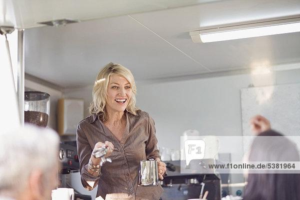 Frau geben Lebensmittel Fuhrwerk Kaffee