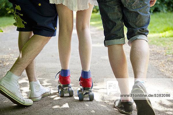 Teenager Jungen mit Rollschuhläuferin