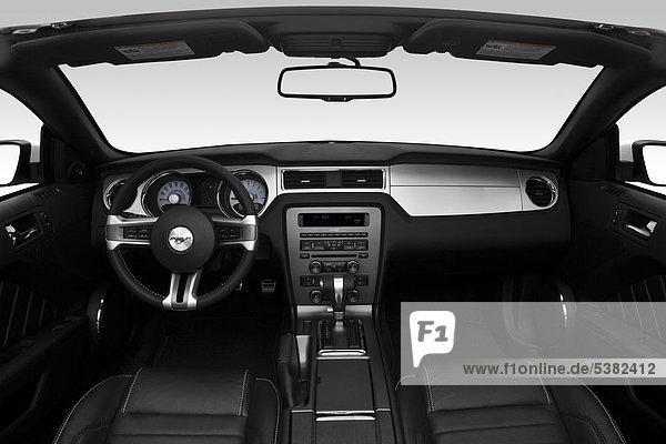 2012 Ford Mustang V6 Premium in weiß - Armaturenbrett  Mittelkonsole  Getriebe Schalthebel anzeigen