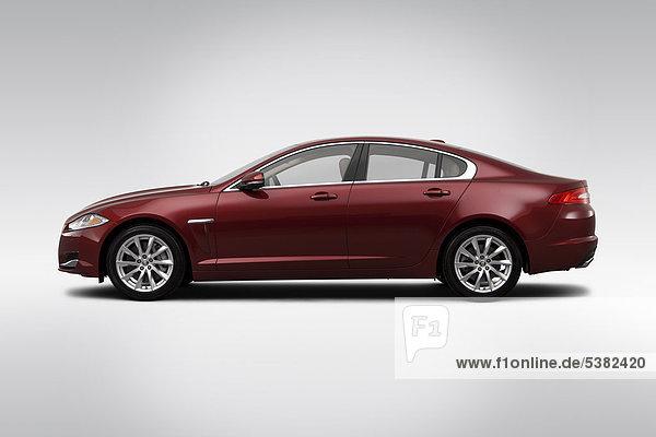 Jaguar XF in rot - Treiber Seite Profil 2012
