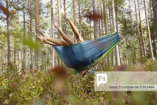 Frauen entspannen in der Hängematte im Wald Frauen entspannen in der Hängematte im Wald