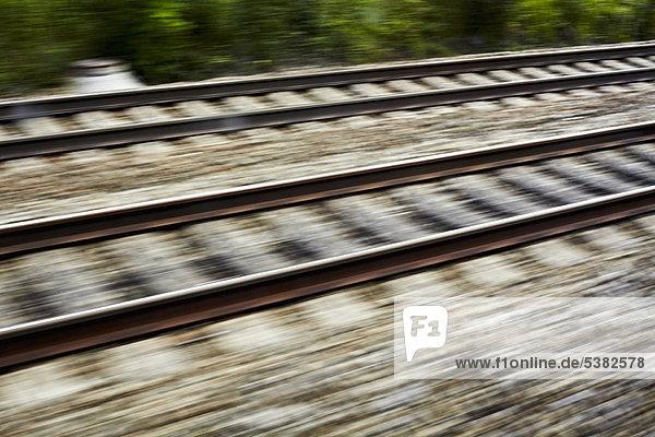 Verschwommene Sicht auf die Bahngleise
