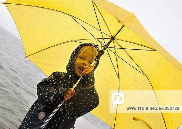 Regenschirm  Schirm  gelb  halten  See  Mädchen Regenschirm, Schirm ,gelb ,halten ,See ,Mädchen