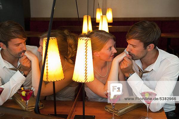 Mann , Freundin , küssen , Restaurant