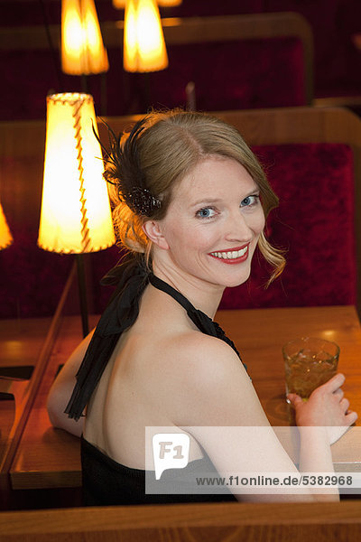 Frau  Getränk  lächeln  Restaurant