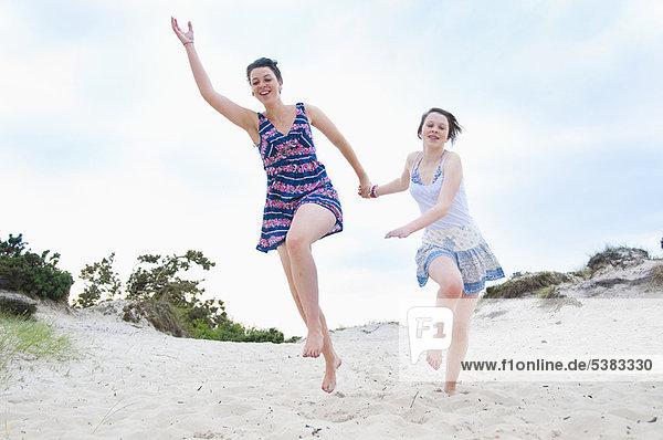 Frau  Strand  rennen  Mädchen
