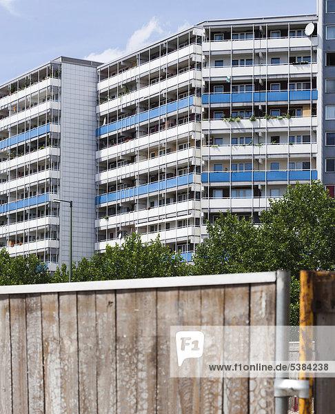 hinter Gebäude Zaun Komplexität