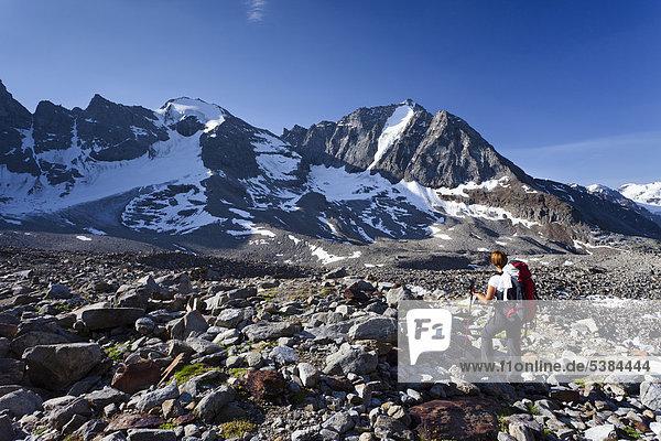 Bergsteigerin beim Aufstieg zur Tschenglser Hochwand oberhalb der Düsseldorfhütte in Sulden  hinten die Vertainspitze und der hohe Angelus  Suldental  Südtirol  Italien  Europa