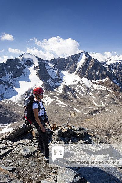 Klettererin beim Aufstieg über den Klettersteig zur Tschenglser Hochwand oberhalb der Düsseldorfhütte in Sulden  hinten der hohe Angulus und die Vertainspitze  Suldental  Südtirol  Italien  Europa