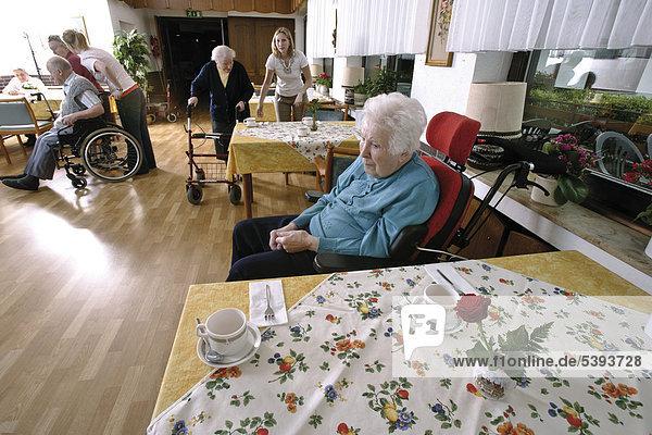 Im Altenheim  Pflegeheim  Bewohner werden in den Speisesaal gebracht