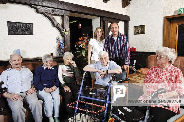 Im Altenheim  Pflegeheim  Bewohner und Pflegepersonal im Gemeinschaftsraum