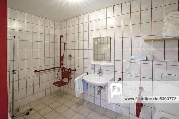 behindertengerechtes badezimmer im altenheim pflegeheim