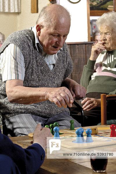 Im Pflegeheim  Altenheim  Senior beim Brettspiel