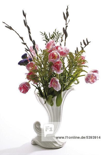 Vase mit Frühlingsstrauß - Tulpen und Weidenkätzchen