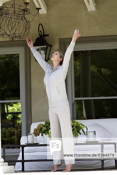 Schöne  ältere Dame ausführen yoga