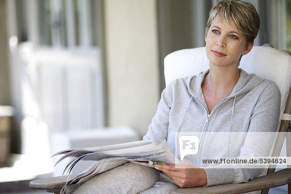 Frau Schönheit Entspannung reifer Erwachsene reife Erwachsene Zeitung vorlesen