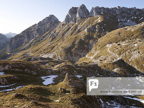 Blick von Mangart Pass auf das Bergpanorama der Julischen Alpen  Triglav Nationalpark  Slowenien  Europa
