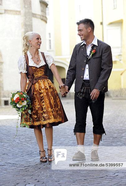 Hochzeit Braut Und Brautigam In Tracht Lachen Und Gehen