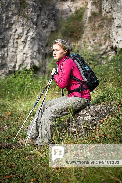 Junge Frau beim Wandern in den Dolomiten  Italien  Europa