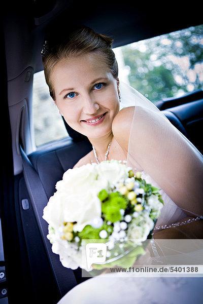 Junge Braut im Auto