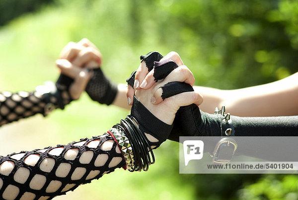 Frauen  Gothic  Hände  festhalten