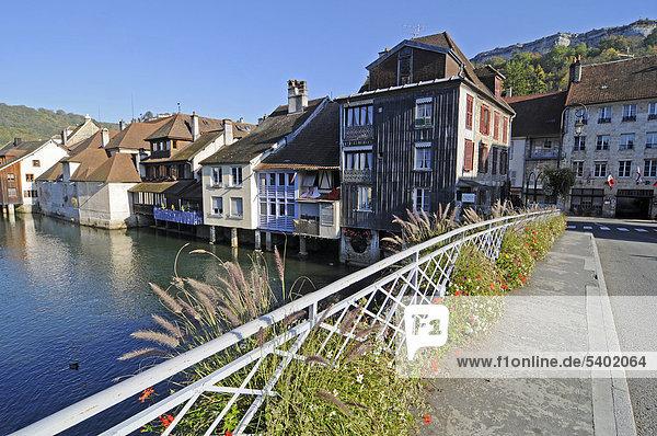 Blumen  Brücke  Fluss Loue  Gemeinde  Dorf  Ornans  Besancon  Departement Doubs  Franche-Comte  Frankreich  Europa  ÖffentlicherGrund