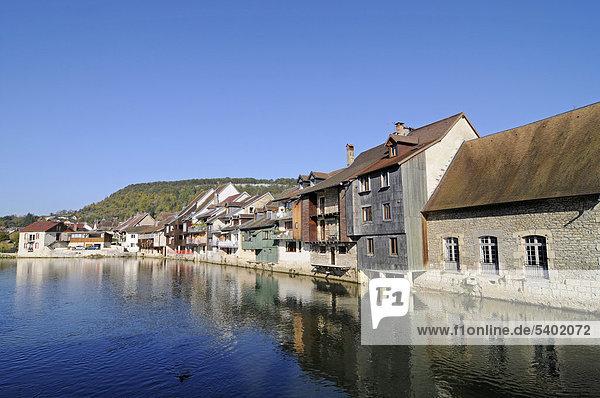 Fluss Loue  Gemeinde  Dorf  Ornans  Besancon  Departement Doubs  Franche-Comte  Frankreich  Europa  ÖffentlicherGrund