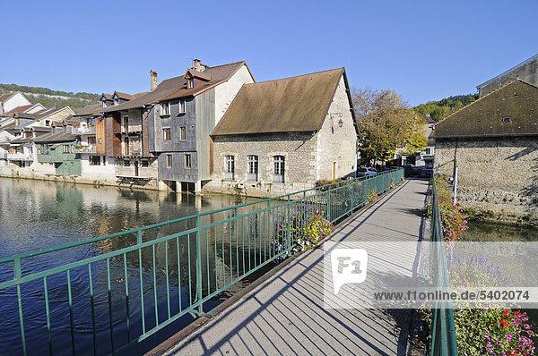 Fußgängerbrücke  Fluss Loue  Gemeinde  Dorf  Ornans  Besancon  Departement Doubs  Franche-Comte  Frankreich  Europa  ÖffentlicherGrund