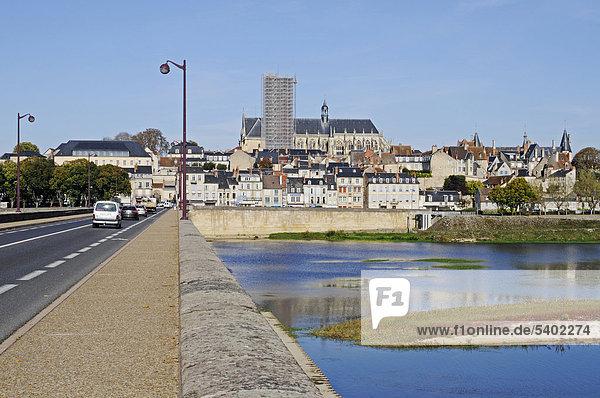 Saint-Cyr-et-Sainte-Juliette Kathedrale  Brücke  Loire Fluss  Nevers  Departement Nievre  Bourgogne  Burgund  Frankreich  Europa  ÖffentlicherGrund