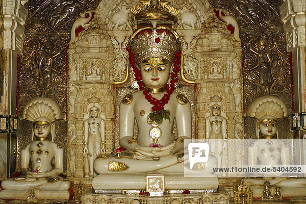 Statue von Adinath  dem ersten Propheten des Jainismus  Palitana  Gujarat  Indien  Asien