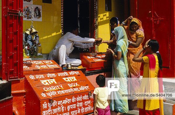 Priester erteilt eine Segnung gegen eine Spende  am Har Ki Pauri-Ghat in Haridwar  Uttarakhand  früher Uttaranchal  Indien  Asien
