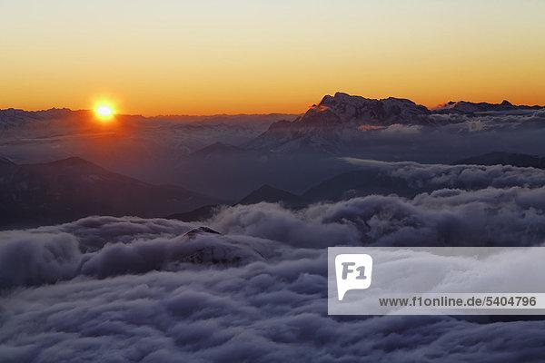 Sonnenuntergang  Blick von Seilbahn Bergstation am Hunerkogel  Dachstein Gebirge  Ramsau  Steiermark  Österreich  Europa