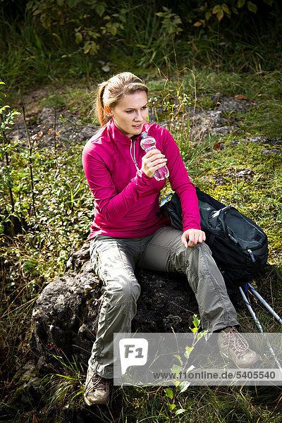 Junge Frau beim Wandern im den Dolomiten  Dolomiten  Italien  Europa
