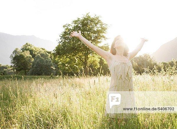 Junge Frau in einem Feld