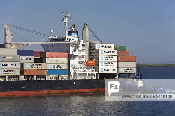 Containerschiff mit Schlepper Ankunft im Hafen von Corinto  Nicaragua