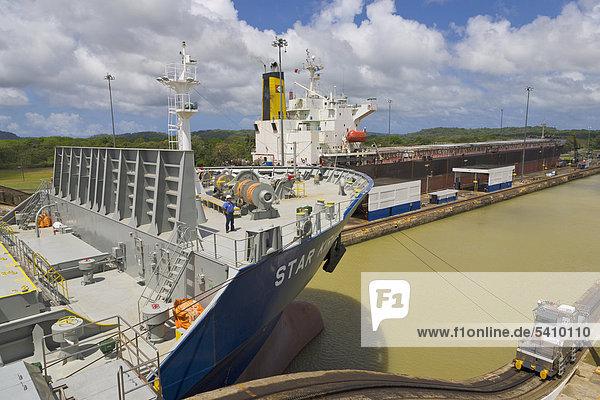 Mule und norwegischen Frachtschiff durch Gatun Locks  Panamakanal  Panama