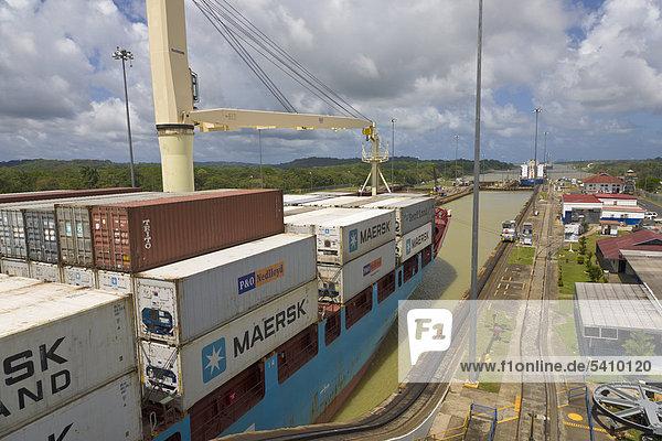 Containerschiff durch Gatun Locks  Panamakanal  Panama