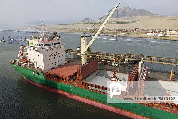 Frachtschiff gerade entladen am Port Salaverry  Trujillo  Peru