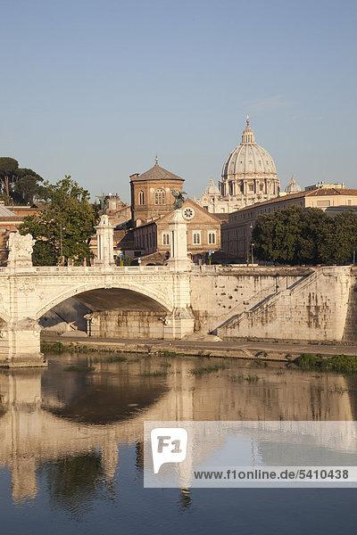 Europa  Italien  Rom  Vittorio Emanuele II Bridge  Vatikan  St. Peter  St. Peter  Tiber River  Fluss  Brücke  Tourismus  Urlaub  Urlaub