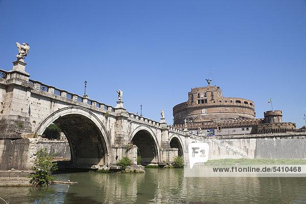 Europa  Italien  Rom  Engelsburg  Castel S'Angelo  St. Angelo Burg  Schloss  Sant' Angelo  Ponte S'Angelo  Brücke  Tiber River  Fluss  Tourismus  Urlaub  Urlaub