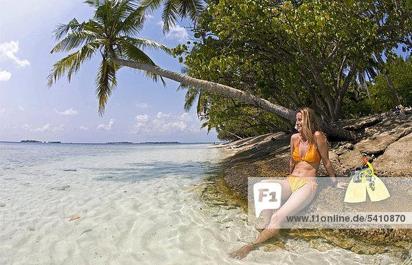 Junge Frau mit Schnorchelausrüstung am Strand der Maledveninsel Biyadhoo  Süd-Male-Atoll  Malediven  Indischer Ozean  Asien