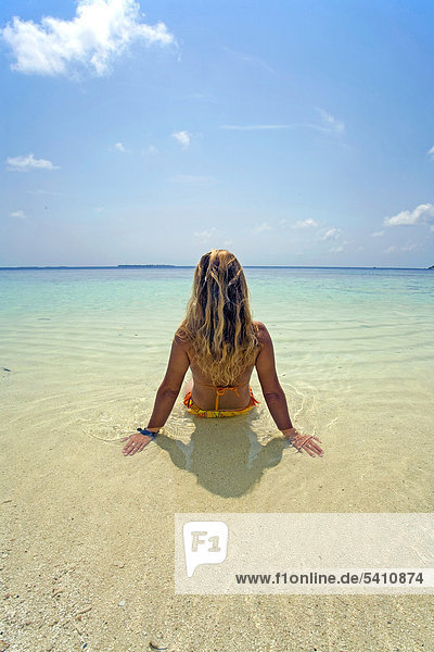 Junge Frau am Strand der Maledveninsel Biyadhoo  Süd-Male Atoll  Malediven  Indischer Ozean  Asien
