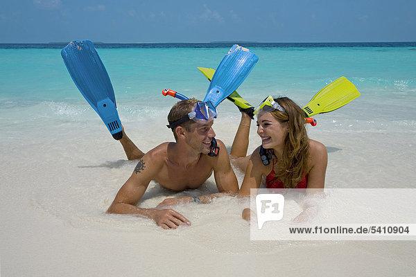 Paar  Schnorchler am Strand der Maledveninsel Reethi Beach  Baa-Atoll  Malediven  Indischer Ozean  Asien